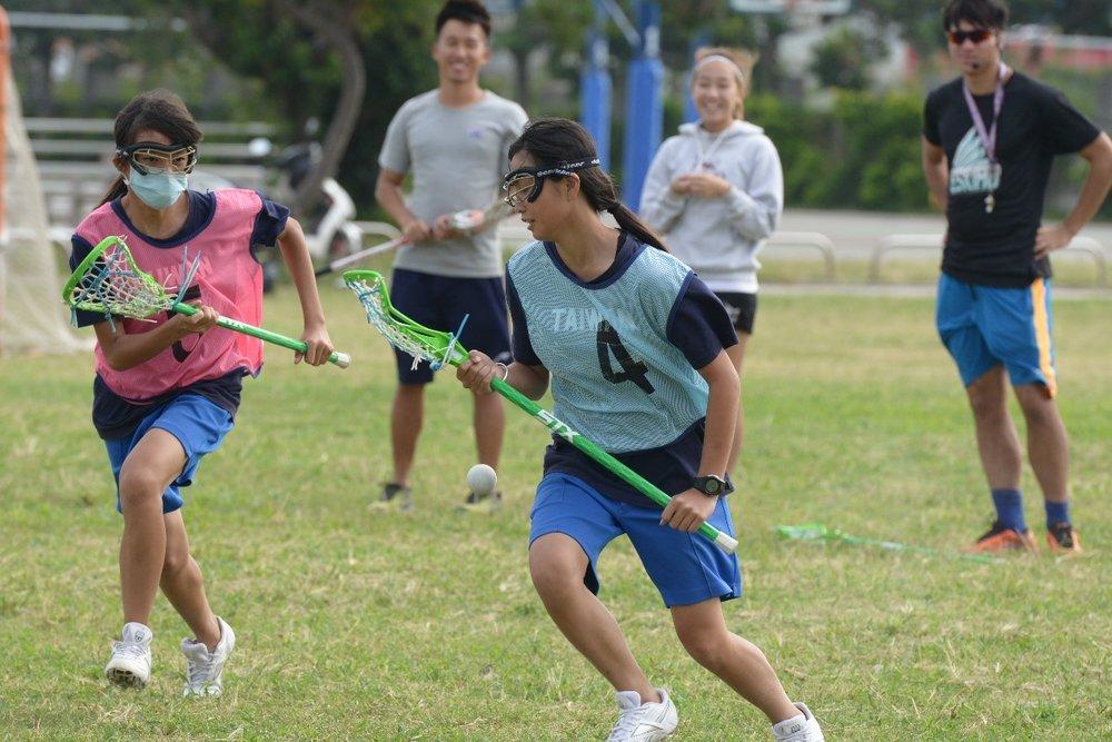 女孩們在場上奔馳追球、防守與進攻的過程,總是笑與汗水夾雜。
