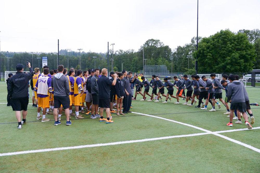 比賽前和強隊伊洛魁(Iroquois)球隊練習和交流文化