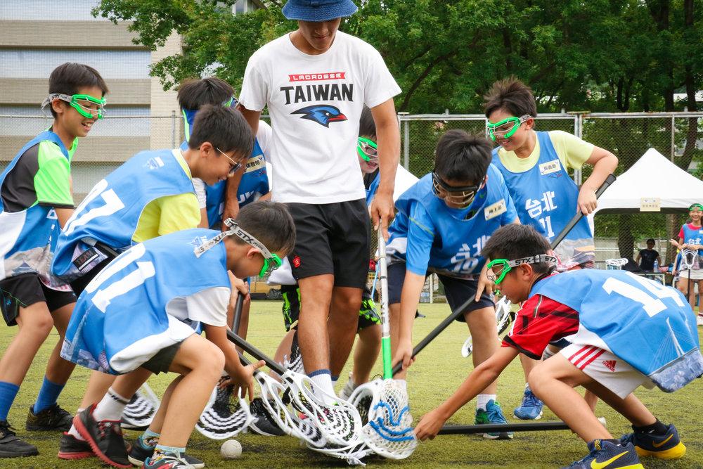 夏令營的遊戲皆經過教練精心設計,讓孩子們在遊戲中不知不覺便吸收了許多相當經典的袋棍球技巧。