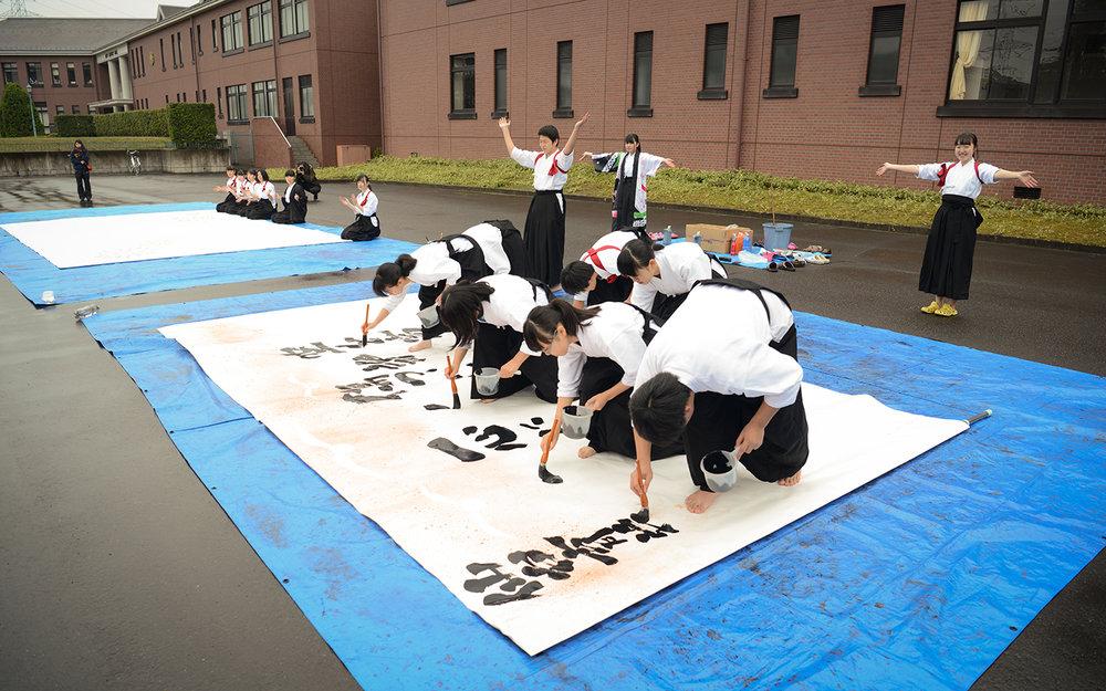 仙台育英高校揮毫示範「書道(パフォーマンス)」,台灣隊員十分驚艷。