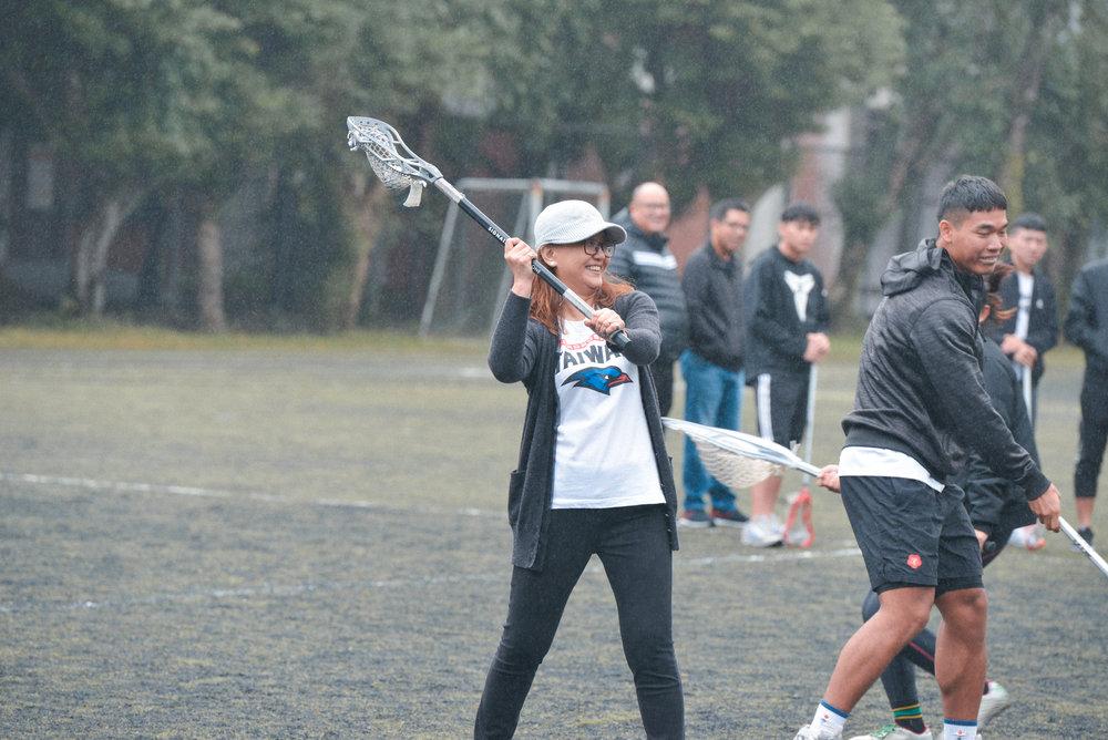 協會大家長林雅貞理事長拾起球桿,在「技術挑戰賽」中與球員組隊同樂。