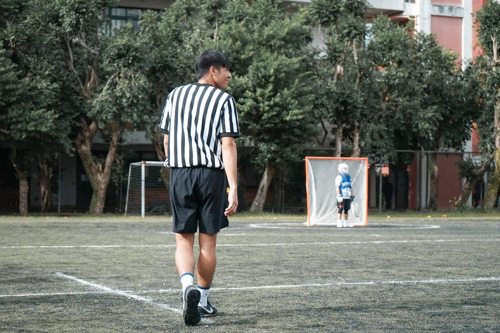 首次擔任場上執法一職的代表隊球員,戰戰兢兢向裁判團學習吹判。
