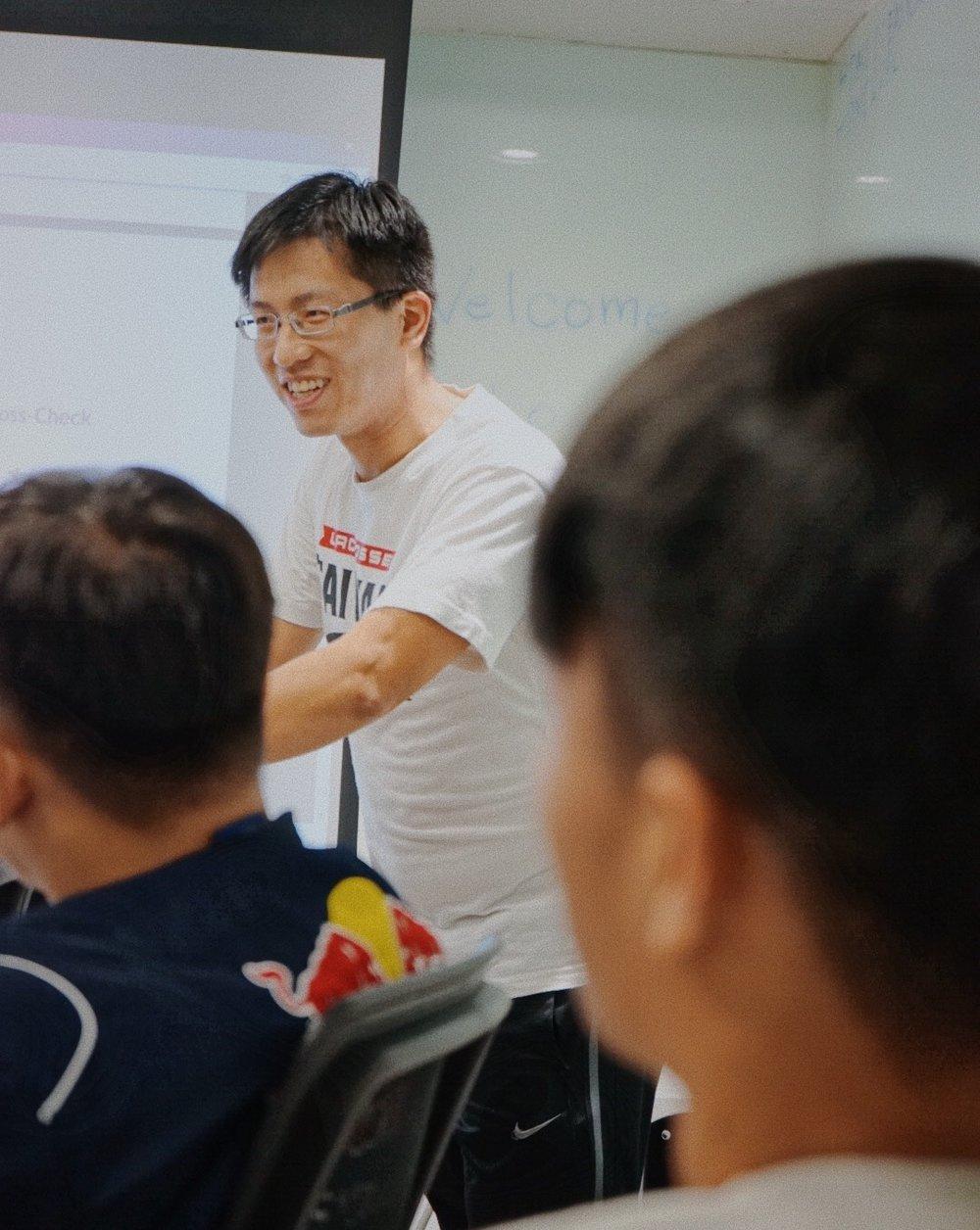 香港棍網球總會總裁判長 — —鄭智豐。
