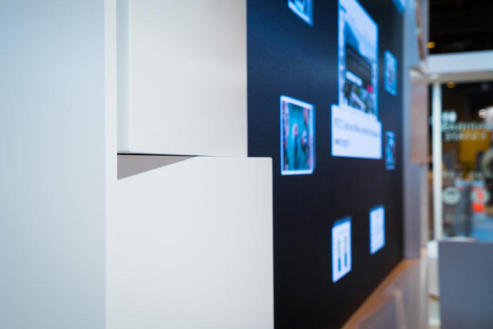 le mur d'images et les modules de vêture du stand conçu par Narrative