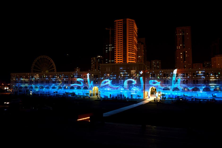 Sharjah+-+Light+Festival+2013+–+Sharjah+Maritime+Heritage+-+Façade+extérieure+d'Al+Qasba+-+2013+-+Émirats+Arabes+Unis+1.jpg