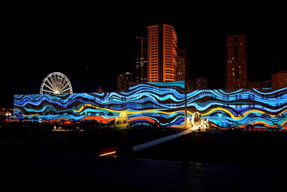Sharjah+-+Light+Festival+2013+–+Sharjah+Maritime+Heritage+-+Façade+extérieure+d'Al+Qasba+-+2013+-+Émirats+Arabes+Unis+2.jpg