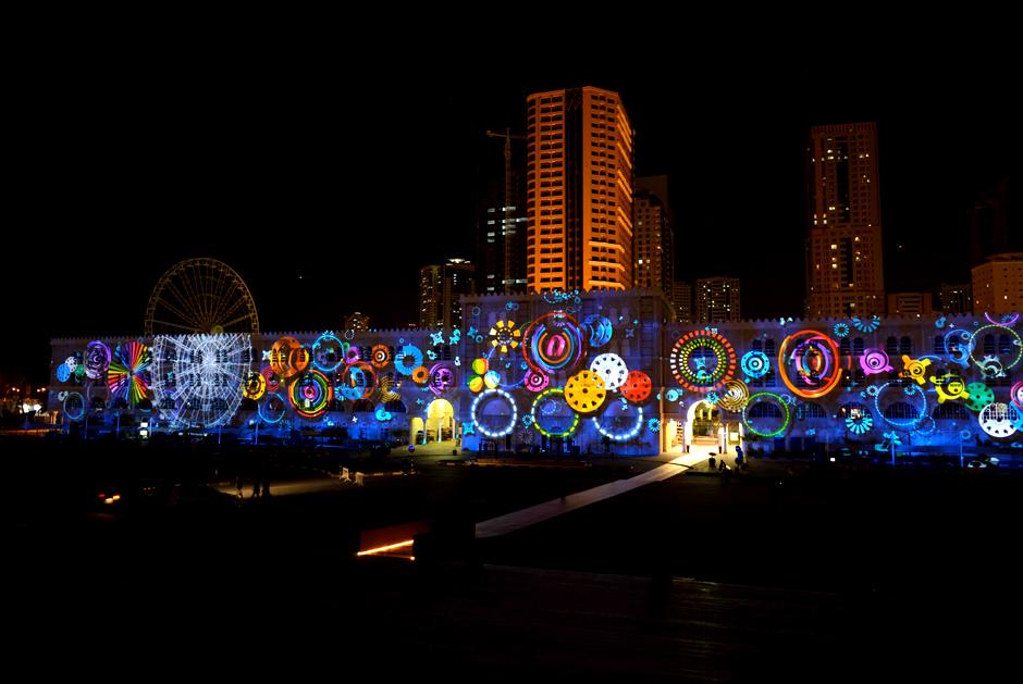 Sharjah+-+Light+Festival+2013+–+Sharjah+Maritime+Heritage+-+Façade+extérieure+d'Al+Qasba+-+2013+-+Émirats+Arabes+Unis+4.jpg