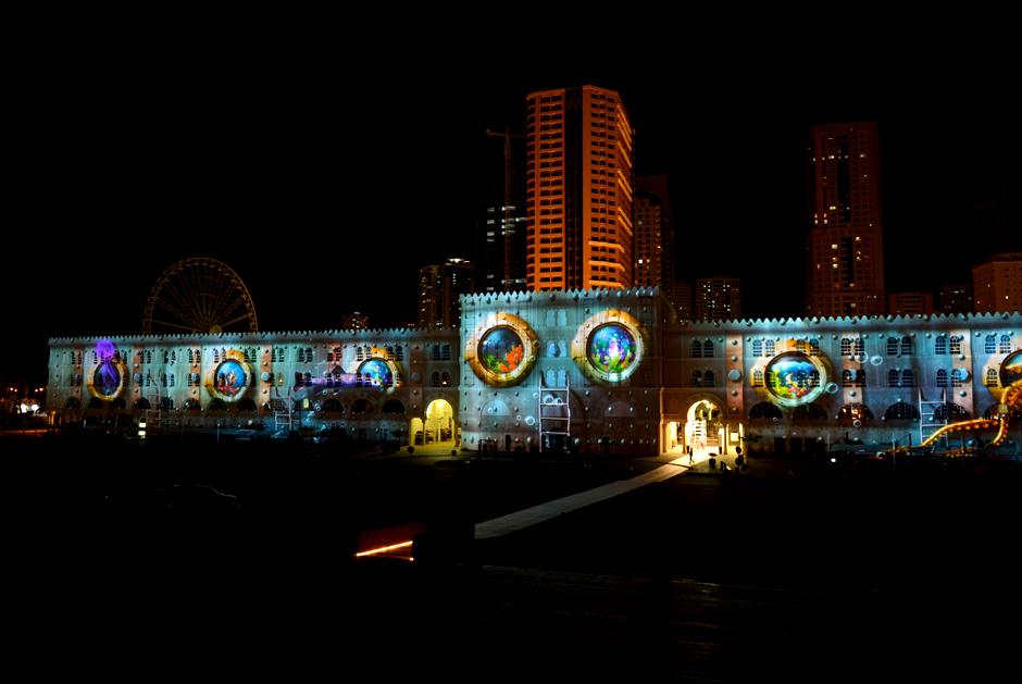 Sharjah+-+Light+Festival+2013+–+Sharjah+Maritime+Heritage+-+Façade+extérieure+d'Al+Qasba+-+2013+-+Émirats+Arabes+Unis+3.jpg
