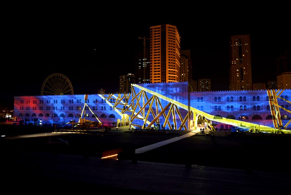 Sharjah+-+Light+Festival+2013+–+Sharjah+Maritime+Heritage+-+Façade+extérieure+d'Al+Qasba+-+2013+-+Émirats+Arabes+Unis+5.jpg