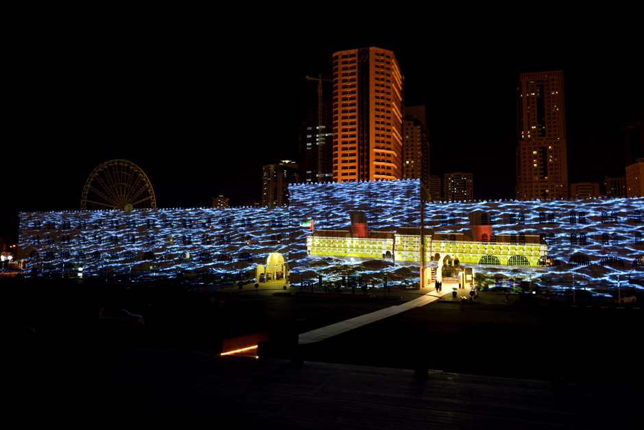 Sharjah+-+Light+Festival+2013+–+Sharjah+Maritime+Heritage+-+Façade+extérieure+d'Al+Qasba+-+2013+-+Émirats+Arabes+Unis+6.jpg