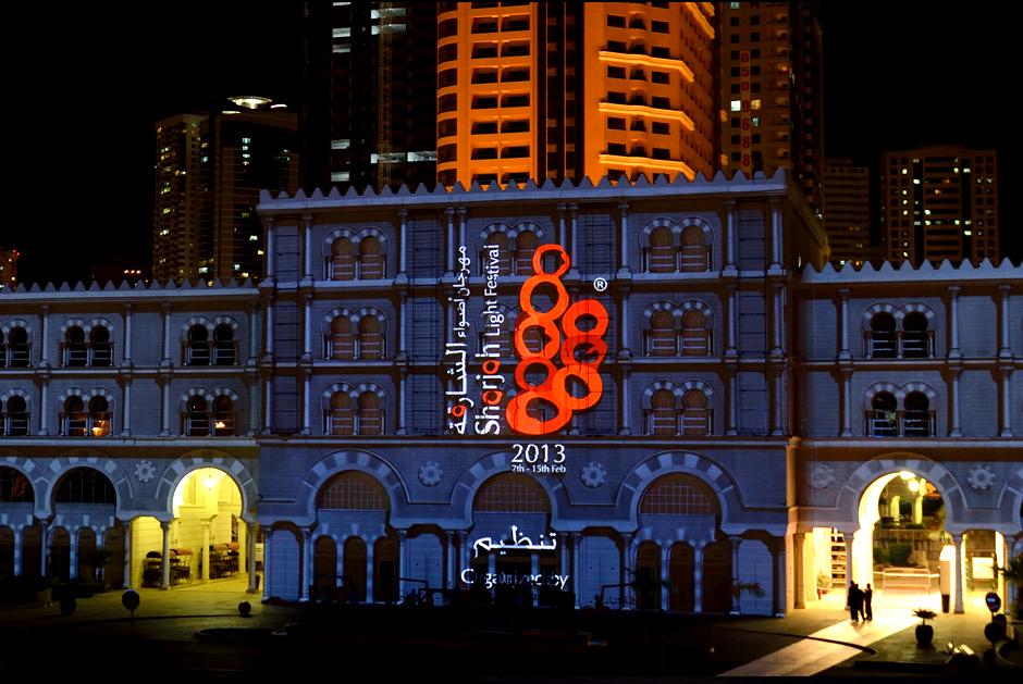 Sharjah+-+Light+Festival+2013+–+Sharjah+Maritime+Heritage+-+Façade+extérieure+d'Al+Qasba+-+2013+-+Émirats+Arabes+Unis+7.jpg