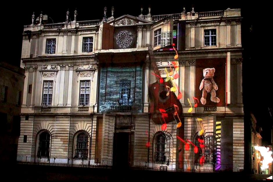 %22Éclats+de+neige%22+-+Spectacle+d'ouverture+de+la+6ème+édition+de+«+Drôles+de+Noëls+»+-+Façade+de+l'Hôtel+de+Ville+-+Arles+-+2009+-+France+2.jpg