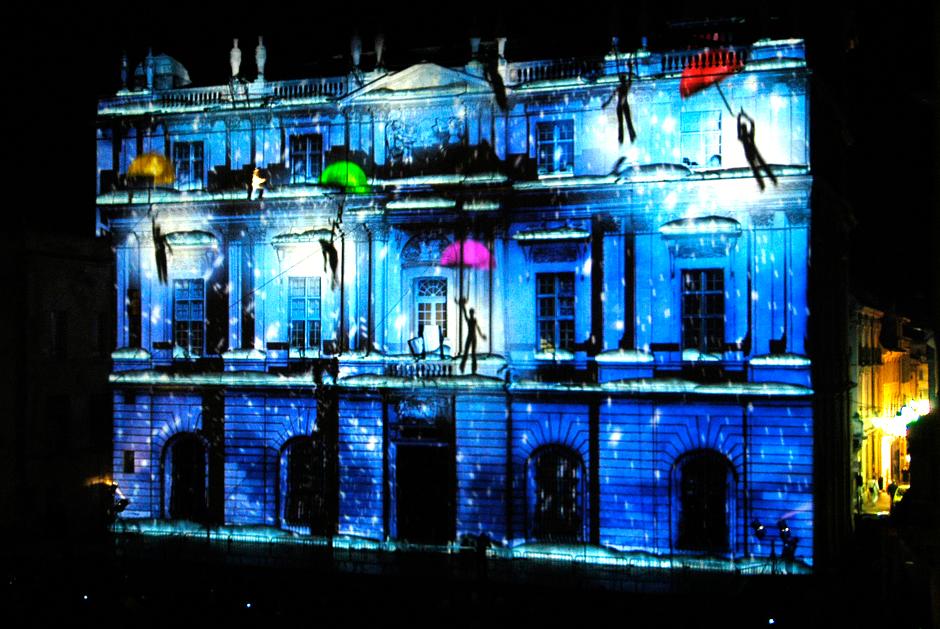 %22Éclats+de+neige%22+-+Spectacle+d'ouverture+de+la+6ème+édition+de+«+Drôles+de+Noëls+»+-+Façade+de+l'Hôtel+de+Ville+-+Arles+-+2009+-+France+1.jpg