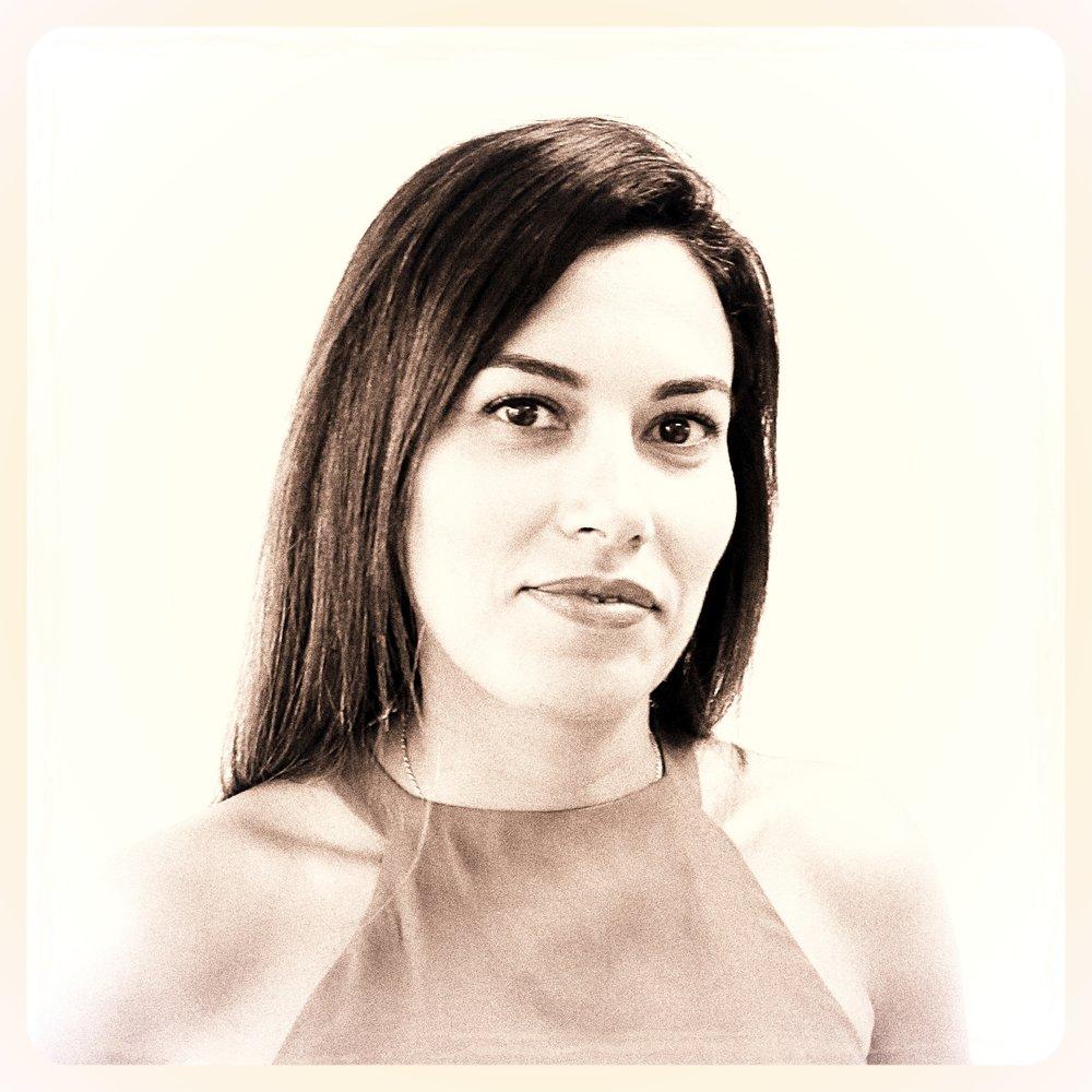 Meryem Benayed Chez ATHEM & SKERTZÒ depuis près de 8 ans, Meryem est directeur de production.Avant de rejoindre nos équipes elle a développé ses compétences dans le domaine du retail design. Chef d'orchestre créatif et novateur, elle pilote, coordonne et aide les collaborateurs àréaliser des projets audacieux.Curieuse et ouverte d'esprit, Meryem aime voyager et parcourir les expositions d'art moderne et de design contemporain.