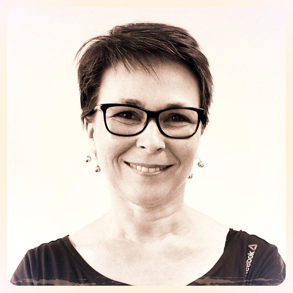 Brigitte Bounour Bienveillante et disponible, sa belle humeur est l'atout cœur de l'atelier. Brigitte débute dans le monde du spectacle et de l'image par le laser, dont elle programme les animations. En 1994, elle collabore aux créations de Skertzò avant de rejoindre l'équipe en 1996, en qualité de graphiste, assistante de réalisation.Aujourd'hui, « Brijou » coordonne et fédère les équipes de graphisme sur les projets de projection de lumière d'ATHEM & SKERTZÒ.