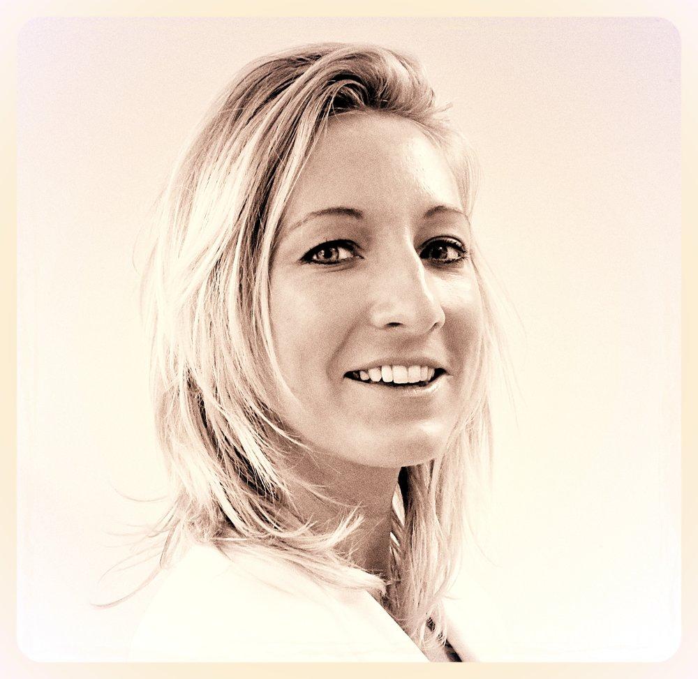 Élodie Lépine Diplomée d'une école de commerce, Elodie débute chez ATHEMau marketing en 2008.Depuis, elle a rejoint la régie et pilote l'ensemble des actions commerciale du pole régie. En France et à l'étranger, elle est l'interlocutrice dédiée des agences media et des annonceurs.Attirée par les projets atypiques et sur mesure, Elodie écoute et conseille les marques dans leurs projets de communication hors norme.Dynamique et passionnée de cuisine et de voyages, elle aime aller au contact des gens et de nouvelles cultures .