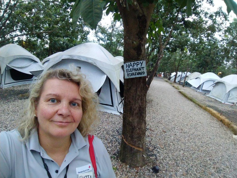 Riitta Merri osallistuu Joyllan Positive Psychology Practitioner -opintoihin kiireisen avustustyön ohessa. Kuvassa hän on nykyisellä kotikadullaan Bangladeshissa.