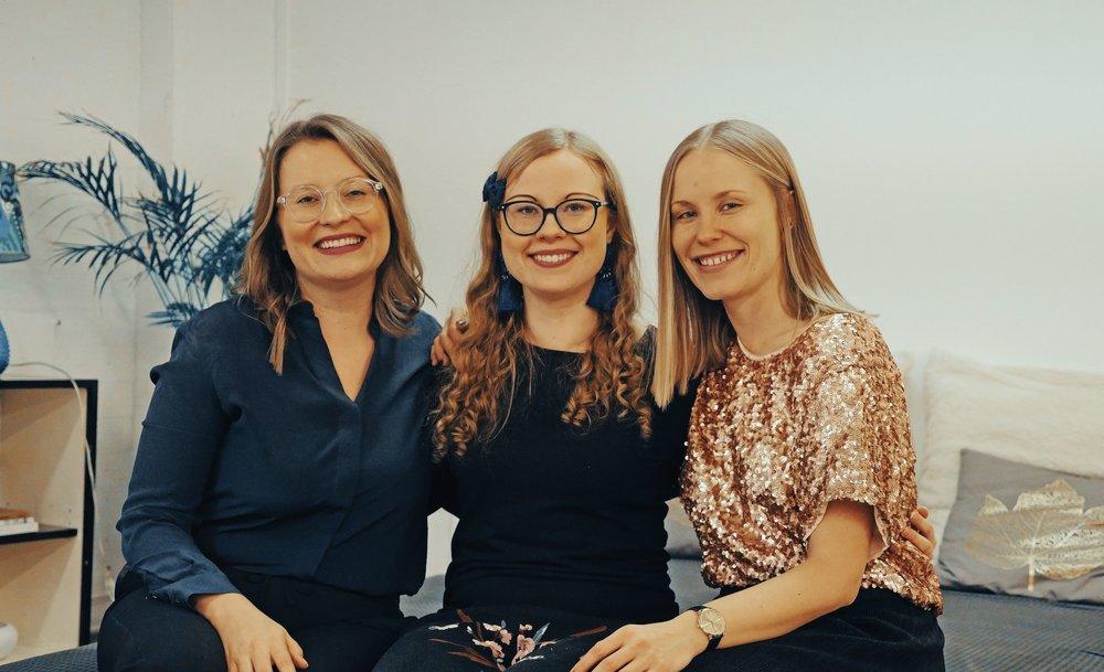 Joyllan Paulina Piippo (vas.) ja Netta Lehtonen (oik.) iloitsivat PPP-yhteisön kasvusta. Keskimmäinen iloinen on tämän jutun kirjoittaja Anne Haikola.