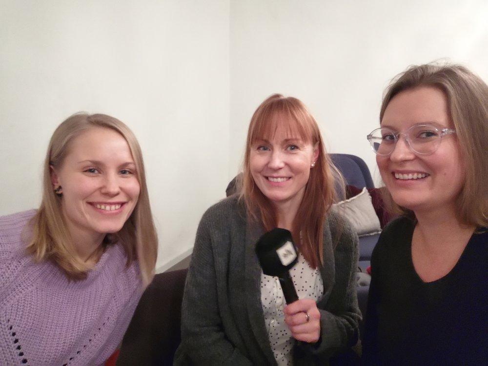 Netta Lehtonen (vas.) ja Paulina Piippo (oik.) saivat vastailla moniin kiperiinkin kysymyksiin Tiina Lundbergin haastattelussa.