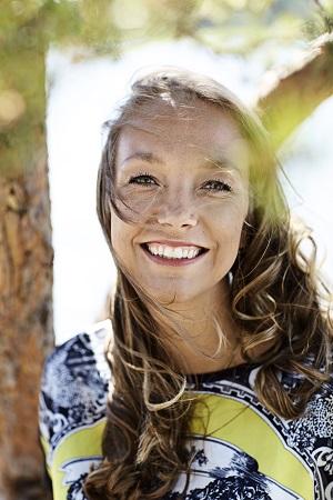 Psykologi Katarina Meskanen uskoo vahvasti inhimillisen kohtaamisen voimaan. Hänen intohimonsa on auttaa ihmisiä voimaan paremmin, löytämään oman hyvinvointinsa lähteet ja elämään enemmän omannäköistään elämää.  Kuva: Amanda Aho / Hyvä terveys Sivun yläkuva: Mikko Käkelä