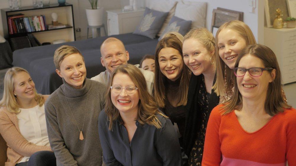 """""""Tämä koulutus sopii ehdottomasti yhtä hyvin miehille kuin naisille"""", sanoo yliopistonopettajana Jyväskylän yliopistossa työskentelevä  Sami Kollanus.  Hän aloitti Joyllan Positive Psychology Practitioner -koulutuksen viime syyskuussa. Kuva on Joyllan tammikuisilta, hieman naisvaltaisilta, Kukoistuskekkereiltä."""