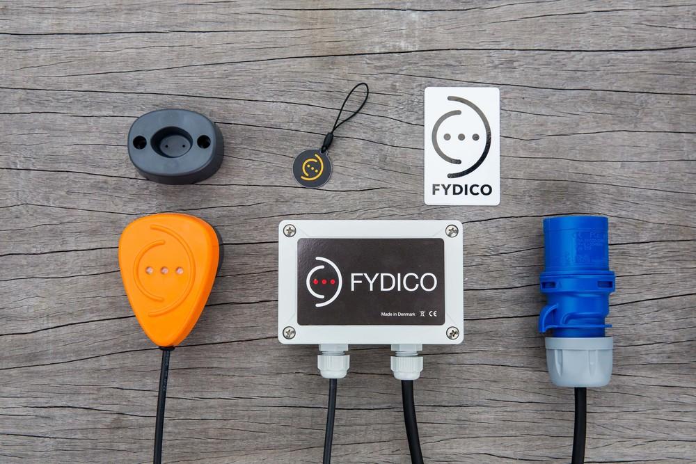 Fydico Pi indeholder: 1 Active Connector, Alarm boks med sirene og tilslutning til 220V, 2 trådløse nøgler, 15m Fiberkabel, Master reset kort, manual til installation og opsætning.