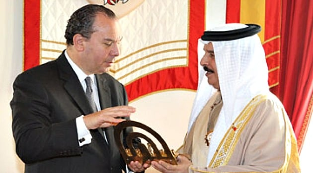 Rabbi Marc Schneier presents a hanukkah to King Hamad Bin Isa Al Khalifa of Bahrain