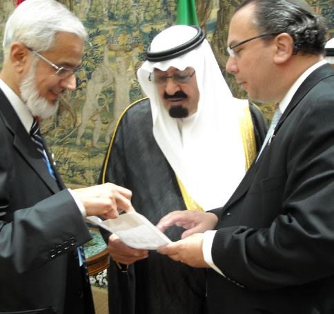 FFEU President Rabbi Marc Schneier (Far right) and Former Fiqh Council of Islamic Society of North America Chairman Dr. Muzamil Siddiqui reviewing with Former Saudi Arabia King Abdullah bin Abdulaziz Al Saud FFEU's plans for international Muslim-Jewish campaign. 2008
