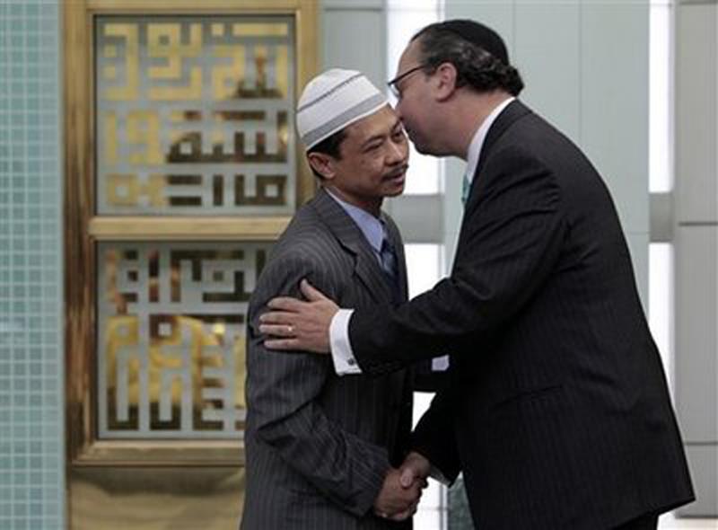 Rabbi_Marc_Schneier_and_Imam_Shamsi_Ali_photo_credit_AP_Richard_Drew.jpg
