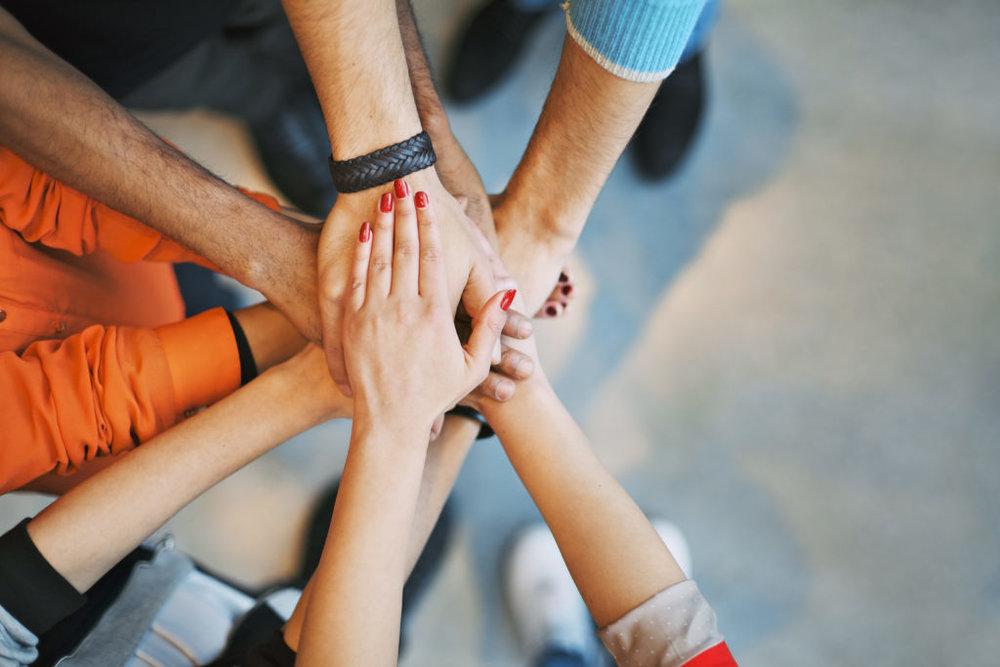 A través de nuestras dinámicas de grupo, se favorece la  integración de los equipos,se estimula la acción y la creatividad .Se favorece el  auto aprendizaje y mejora el clima laboral.   Las actividades conjuntas ayudan a identificar las expectativas del grupo y conocer áreas de mejora.Se profundiza en los valores y mejoran las actitudes, impactando además en la motivación de los equipos.La  comunicación interna puede favorecerse.