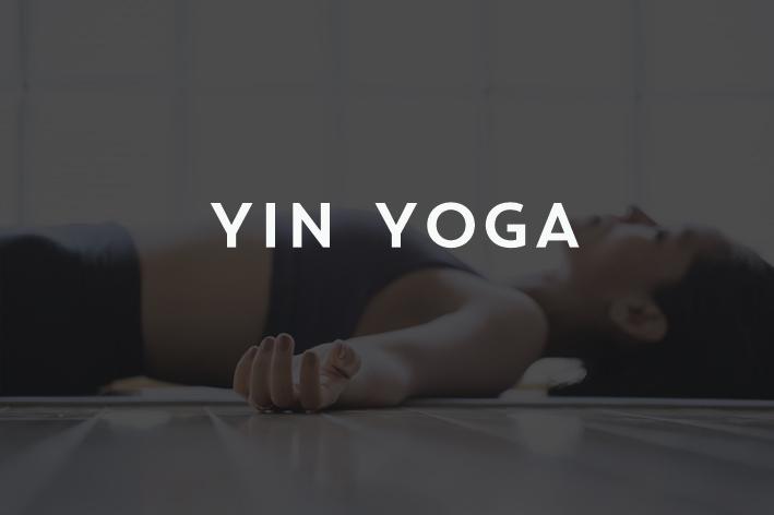 Clases dedicadas a liberar y relajar. Podemos considerar una práctica Yin, como regeneradora. El Yin Yoga es una perfecta vía para relajarse después de una dura semana. Se trata de sentir y relajar las diferentes partes del cuerpo y no tanto alinear. En esta práctica se permanece varios minutos en la misma postura, entregando el peso sin resistencia. De esta manera logramos incidir en el estiramiento del tejido conectivo (fascias), calmar el sistema nervioso central y alcanzar un profundo relax.