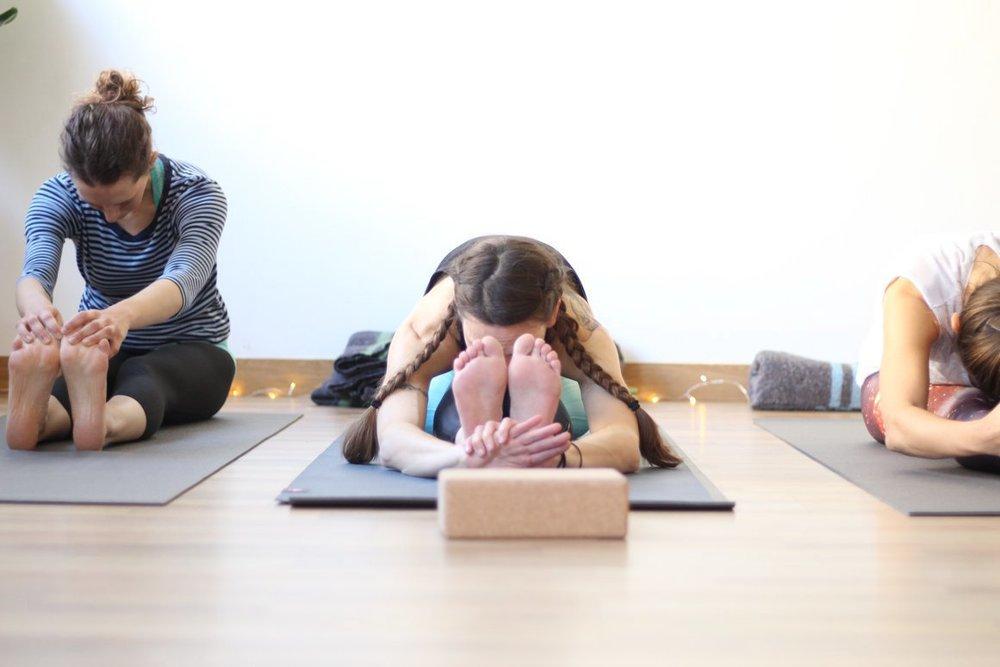 Adaptado a tu nivel  El número reducido de alumnos nos permite adaptar una misma secuencia de posturas a las necesidades individuales de cada uno. No importa cuál sea tu nivel,  avanzarás a tu ritmo, con tranquilidad y seguridad; integrando los elementos esenciales para disfrutar de una práctica de yoga beneficiosa para tu salud.
