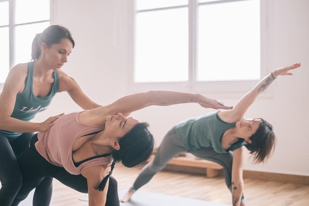 Atención personalizada   Para que cada alumno pueda disfrutar de los beneficios del yoga desde la primera sesión, contamos con un  máximo de 12 alumnos por clase .  Dos profesoras  te acompañan en todo momento asistiendo tus posturas con ajustes suaves y progresivos.