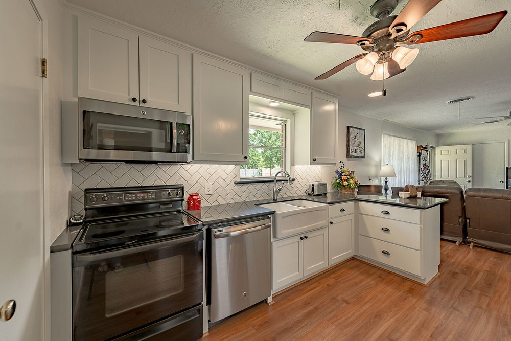 Kitchen remodel in Bryan / College Station, by Stearns Design Build. A compact kitchen that makes the space avalible even bigger.