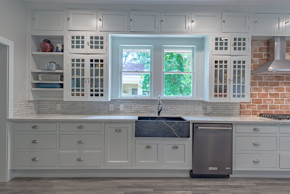 Kitchen remodel in Bryan / College Station, by Stearns Design build. Here is a clear lay out with a washing area on the left and a cooking area on the right.