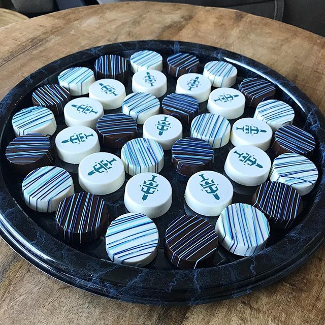 Add a little sweetness to your next company meeting or event with these delicious custom chocolate covered Oreos! Your employees will love you for them! 💙🎉