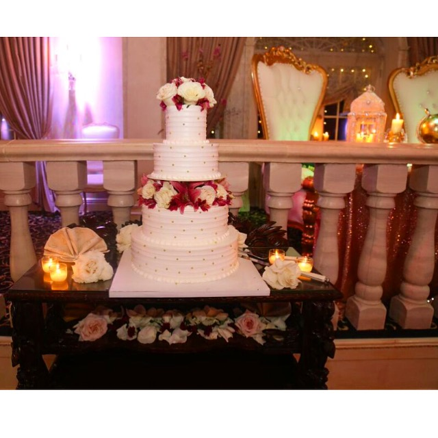 wedding-cake-real-flowers-naninas-in-the-park