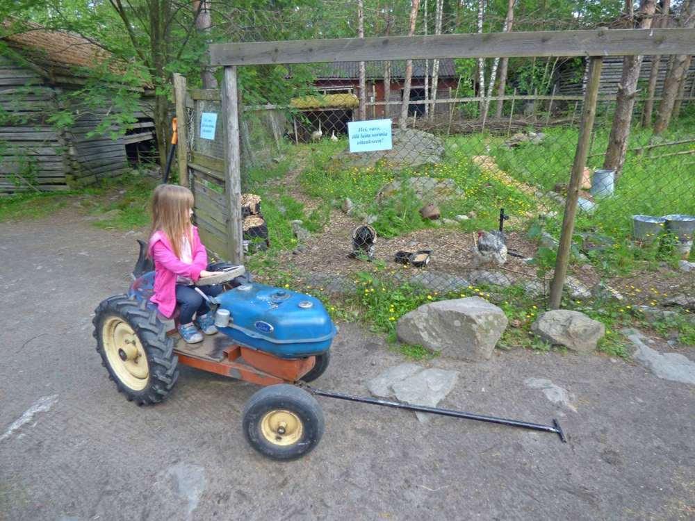 Jos käveleminen alkaa väsyttämään, voi hypätä vaikka vedettävän traktorin kyytiin