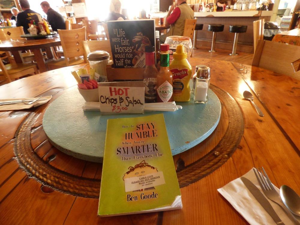 """International Cafessa voi ruokia odotellessa lukea vaikka kirjoja. Itse tutustuin kirjaan nimeltä """"Miten pysyä nöyränä kun on fiksumpi kuin muut"""". Ha ha..."""