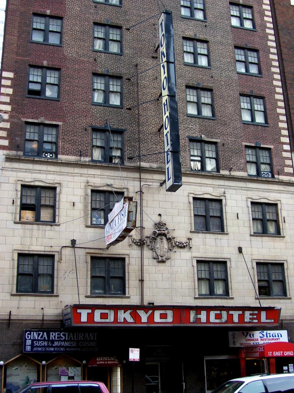 Valitettavasti nämä ovat ainoat kuvat joita minulla oli tallessa, ja nekin on otettu vuosia myöhemmin kun satuin kävelemään Tokyo Hotellin ohi Chicagossa ollessani. Tiedän, että jokunen paikassa yöpyneistä tutuistani saattaa tämän lukea, joten jos arkistoista löytyy vielä kuvia hotellista sisältä, laittakaahan viestiä tulemaan tai kommenttia alle.