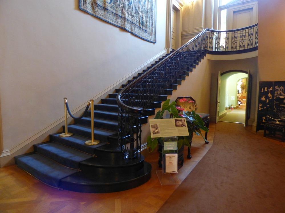 Tämä portaikko on tullut kuuluisaksi Dynastiasta jossa se tosin nähtiin peilikuvana käytännön syistä, eli toisella puolella seinustaa.
