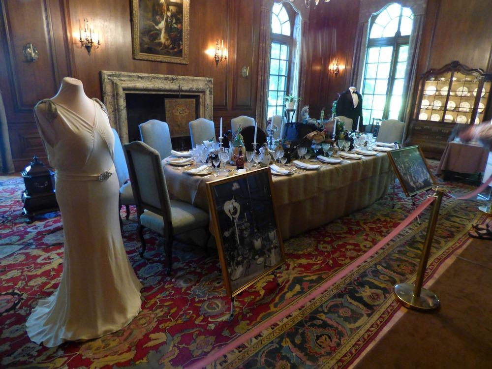 Myös tämä huone nähdään Dynastian alkumusiikin aikana. Nyt nähtävillä kattaus oli käytössä kun kieltolaki kumottiin, ja sen kunniaksi järjestettiin illallisjuhlat (Drunks Dinner).