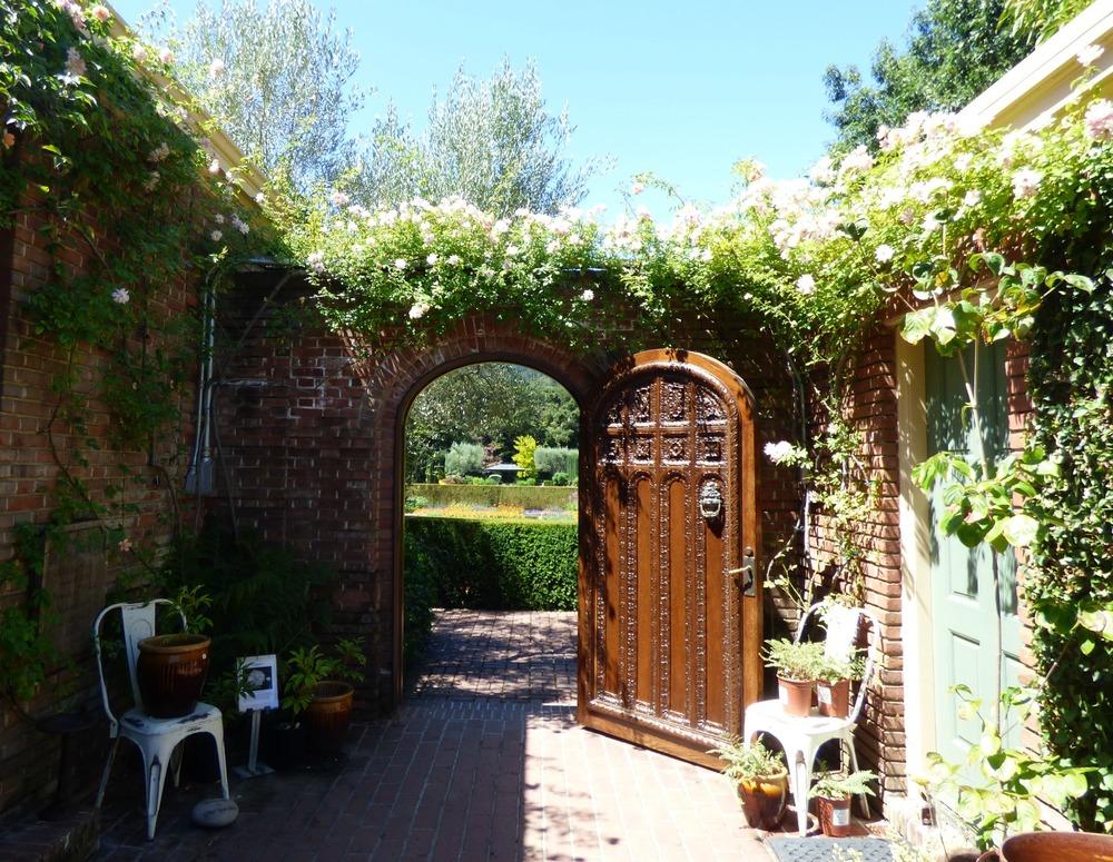 Tästä portista sisään puutarhaan