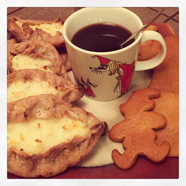 Glögg with Karelian pasties and gingerbread cookies