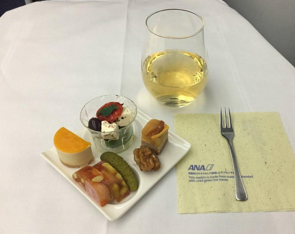Alkuruoka; Foie grasmousse ja mangohyytelöä, ankkaa ja omenaa tarte tatin -tyyliin, kinkkutomaattihyytelö ja suolakurkkua, karamelisoitu saksanpähkinä,kahdenlaista oliivia ja juustoa yrttioliiviöljyssä.