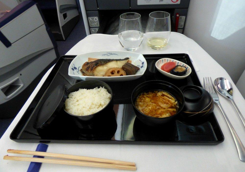 Pääruoka; Grillatua Grönlannin ruijanpallasta soija-misokastikkeessa, riisiä, miso -keittoa ja japanilaisia säilöttyjä kasviksia