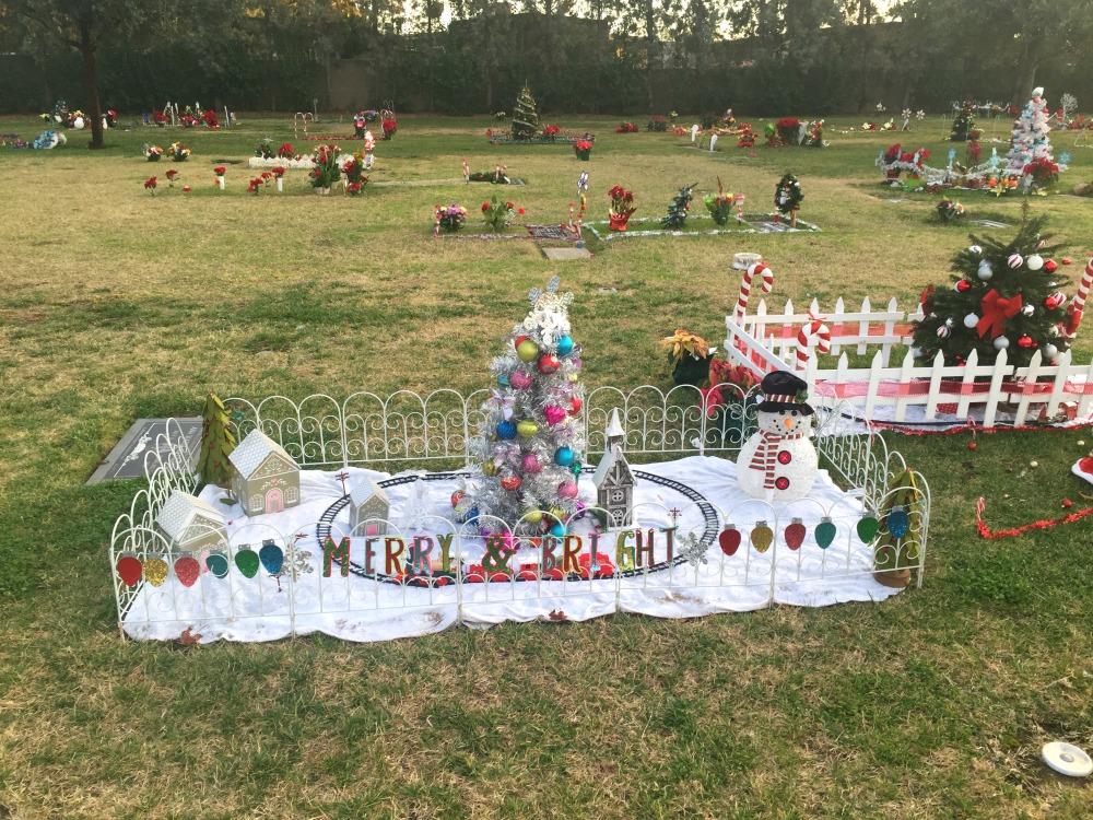 Yksi kuva myös hautausmaalta, ja siitä, kuinka erilaisia kulttuurit ovatkaan. Tälle hautausmaalle on haudattu suuri määrä meksikolaisia, ja haudat olivat todella koristeltuja. Monella haudalla istui suuri joukko ihmisiä puutarhatuoleissa.
