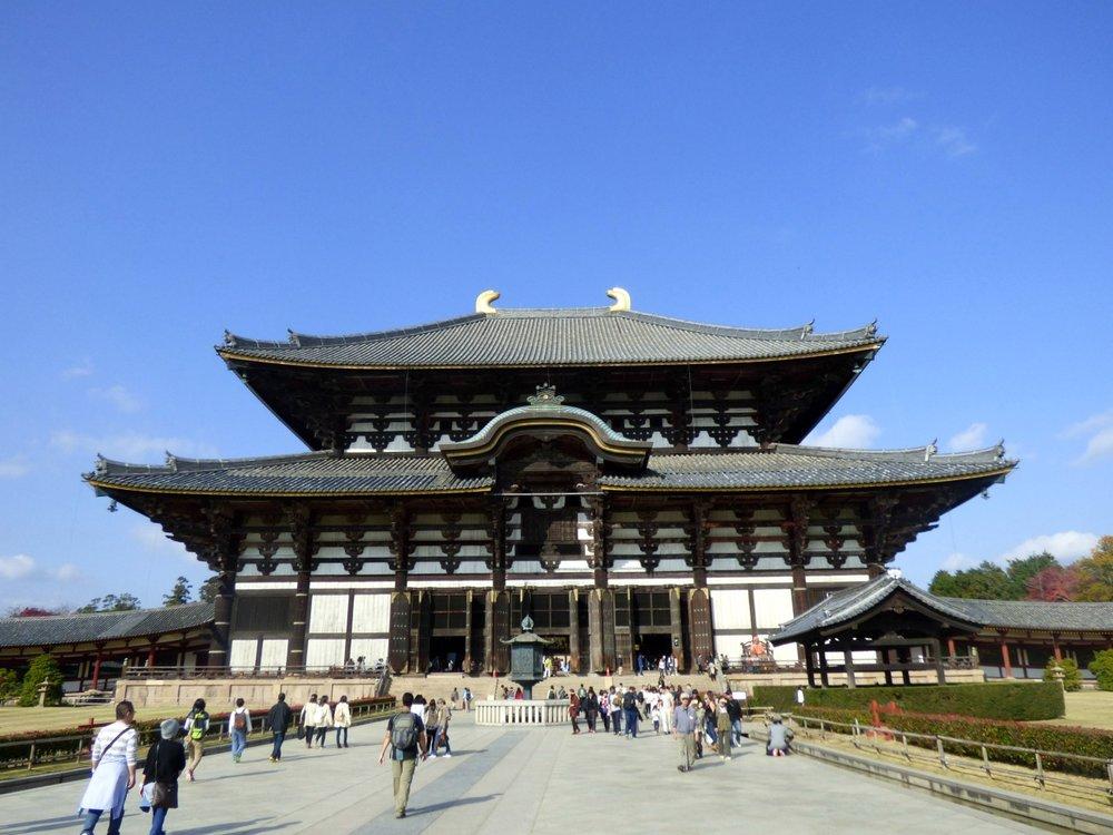 Todai-jin temppeli jonka sisällä Great Buddha asustaa, on maailman suurin puinen rakennus.