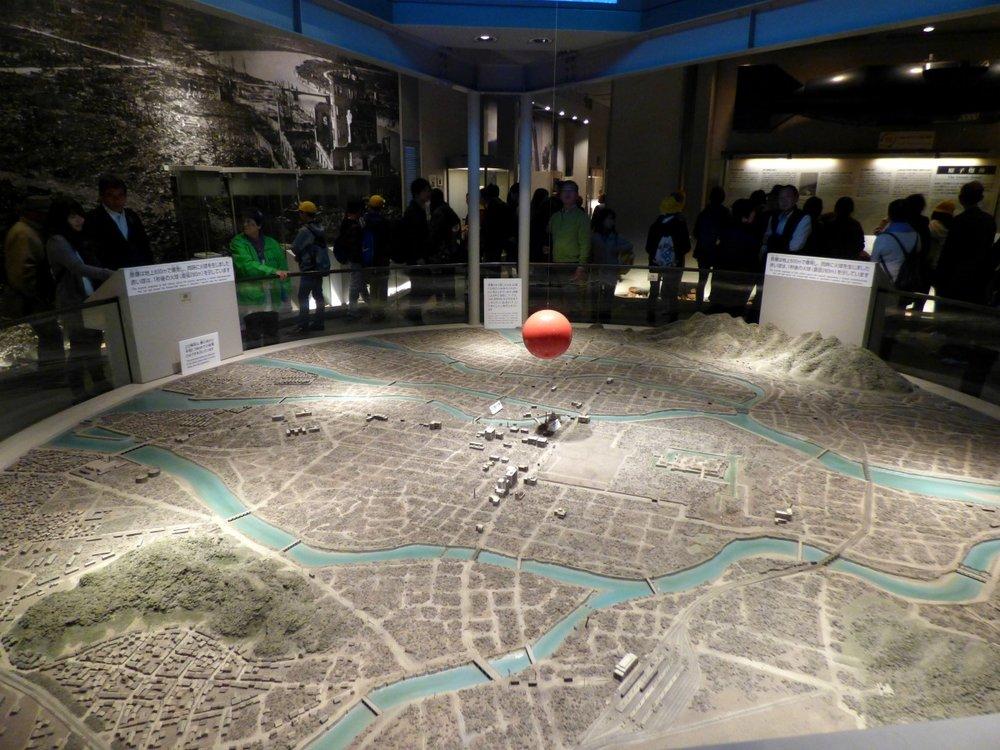 Museossa on nähtävillä pienoismalli kaupungista aikaan jolloin pommi pudotettiin.