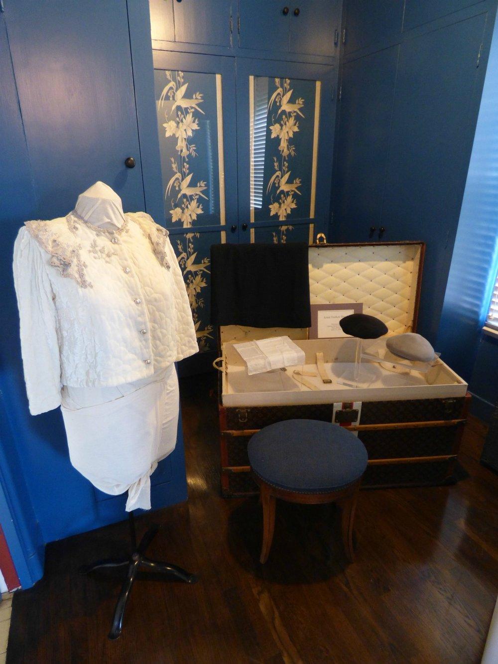 Tämä Charlottan vuonna 1931 Louis Vuittonin Ranskasta ostama arkku taitaa olla tänä päivänä arvossaan.